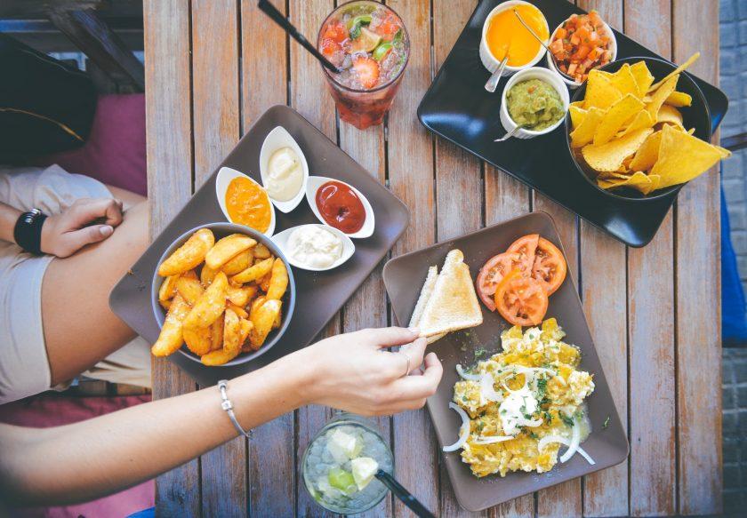 A képen vegán vegetáriánus ételek láthatóak.