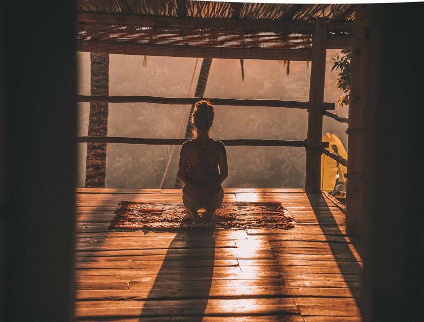 A képen meditáció, stresszcsökkentés, vegánság látható.