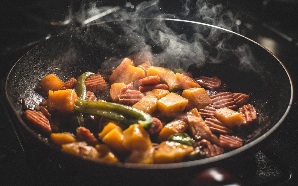 A képen magyros vegán étel látható.