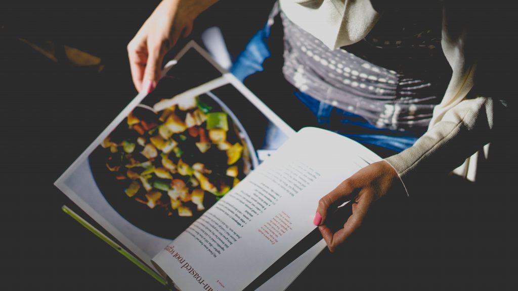 A képen vegán szakácskönyv van.