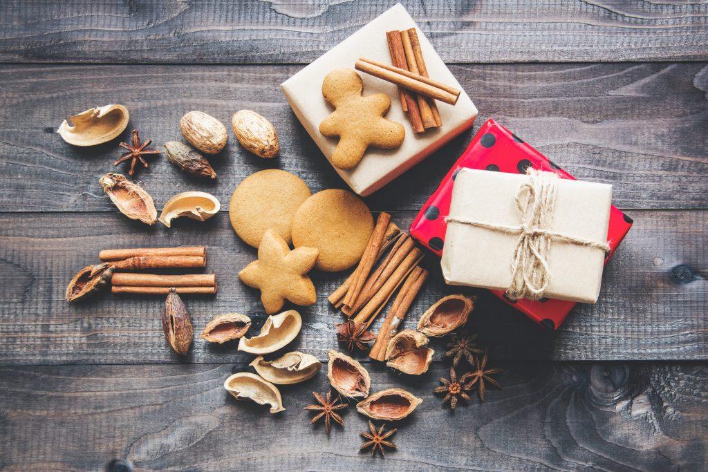 A képen vegán karácsonyi süti, mézeskalács látható.