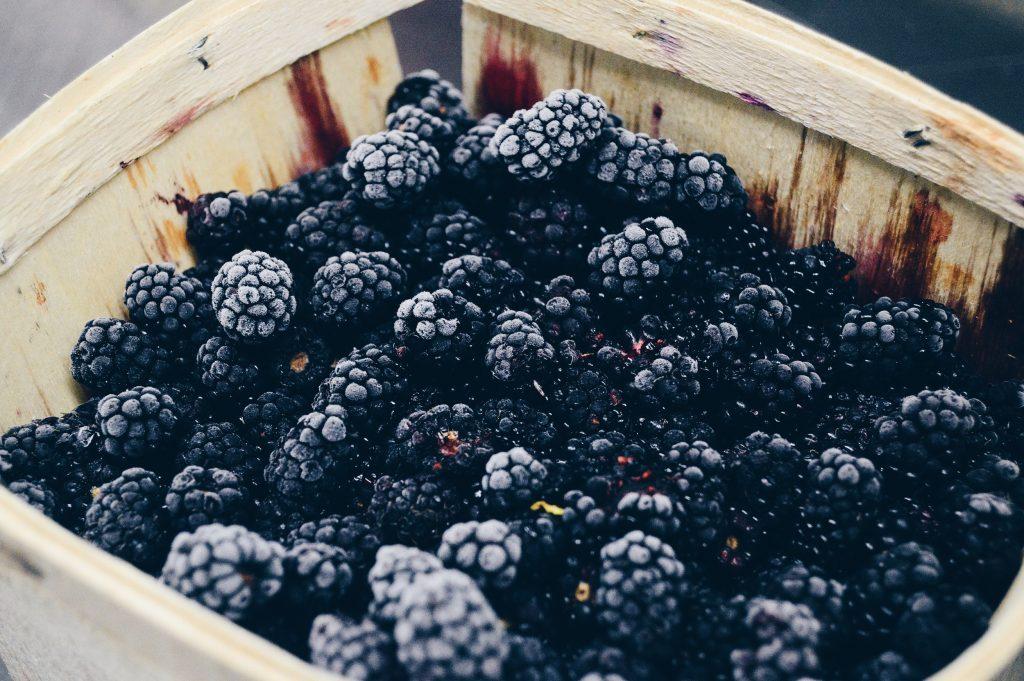 A képen fagyasztott vegán gyümölcs van.