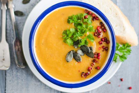A képen vegán édesbrugonya leves van.